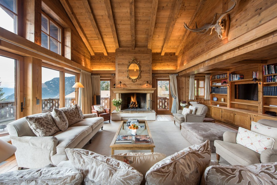Living areas with snow views at the Ski Chalet 1 bella coola in Verbier