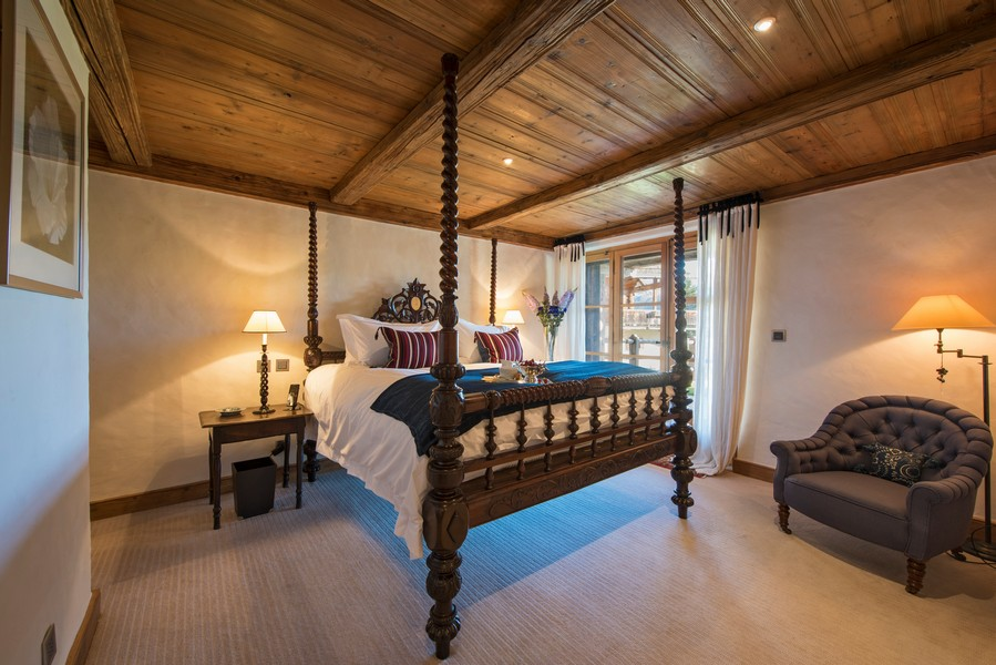 Four poster beds at the Ski Chalet 1 bella coola in Verbier