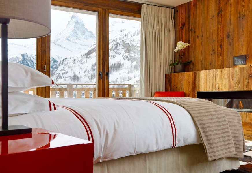 Bedrooms with snow view Les Anges chalet in Zermatti