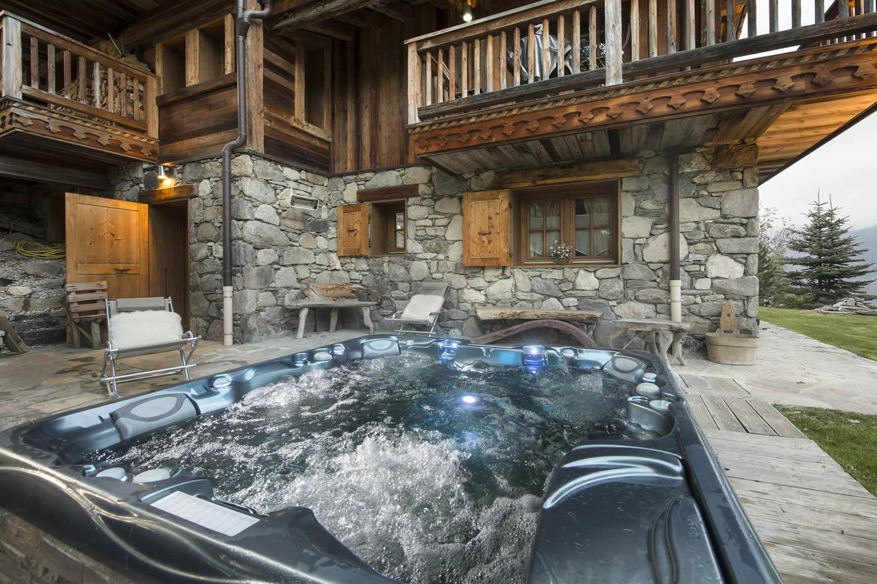 Makalu chalet in Courchevel 1550 summer hot tub and Jacuzzi outside