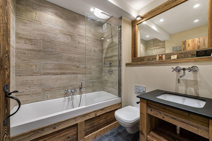 Chalet La Grange 1855 bath tub toilet